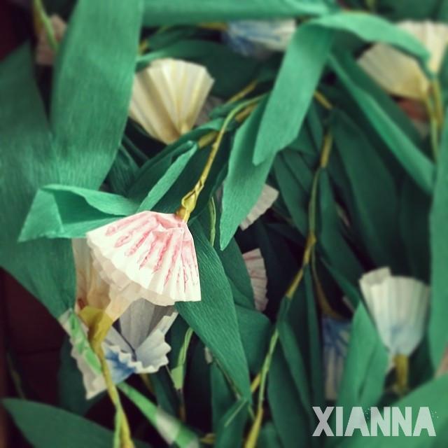 DIY guirnalda de flores de papel con moldes de magdalenas