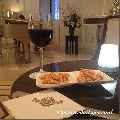 #TGIF. Table for One. www.princesdailyjournal.com #princesdailyjournal #wine #cheese #cheers #work #study #play #networking #entrepreneur #boston #happyhour #luxury #hospitality #jazz #pianolady #travel #writer #relaxing @langhamboston