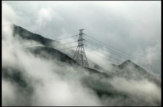 翔霧飄飄繞山巒,涼風霎霎滿雲天。