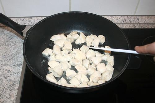 21 - Hähnchenbrustwürfel anbraten / Sear chicken dices