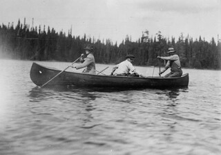 The Prince of Wales canoeing with guides on the Nipigon River, in Northern Ontario, 1919 / Le prince de Galles, accompagné de guides, faisant du canoë sur la rivière Nipigon, dans le Nord de l'Ontario, 1919