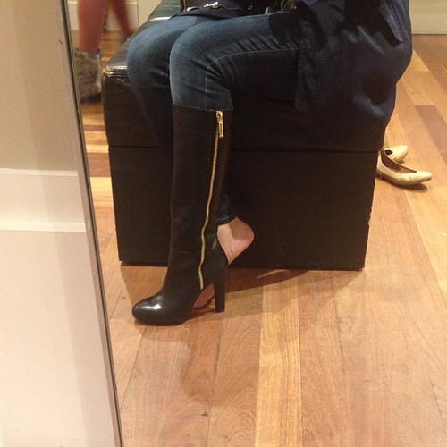 """刚订购了#bananarepublic的维他体靴40%折扣。我在商店中尝试了7号,因为它方便地是地板模型,但它有点舒适,所以我希望7 1/2的尺寸完美。 :)完美适用于狭窄的小牛(排雷尺寸13.5"""" at t"""
