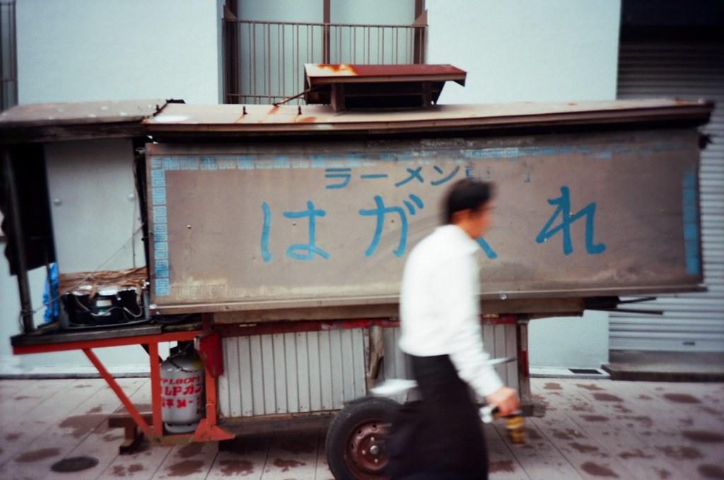 久留米 Kurume, Fukuoka / Kodak Pro Ektar / Lomo LC-A+ 去了一趟久留米,在福岡南邊的一個小城市。喜歡的一位歌手的家鄉在這裡,一直想看看這個城市長得如何。  不過這裡沒有想像中的熱鬧,或許大家都網北邊的福岡大城市跑了吧!  在街上隨意慢走。  Lomo LC-A+ Kodak Pro Ektar 100 4894-0025 2016-09-29 Photo by Toomore