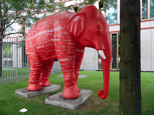 Roter Elefant vor der Landesvertretung Niedersachsens in Berlin