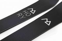 Čeští designéři přišli s novinkou: lyže se skluznicí z obou stran