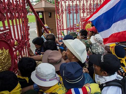 Người biểu tình ở Thái Lan xông vào trụ sở Quân đội