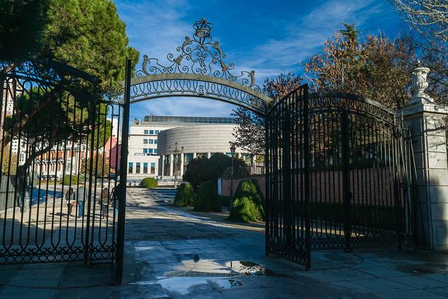 Entrada al jardín de Sabatini con el Senado al fondo