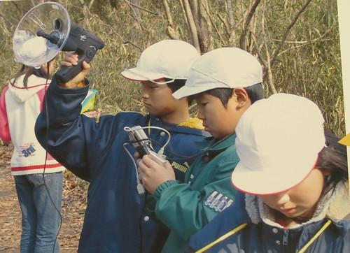 大庭昭代博士發展的環境教案,帶著孩子紀錄自然聲境,啟發了許多小小聲境紀錄家。攝影:范欽慧。