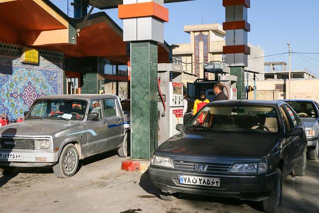 Gus station on the way from Shiraz to Firuzabad, Iran フィールーズ・アーバードへの途中にあるガソリンスタンド