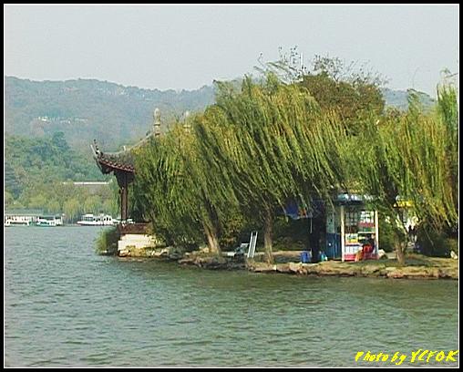 杭州 西湖 (其他景點) - 381 (西湖 湖上遊 往湖心亭 湖心亭上的亭台樓閣 左面背景有船的是孤山)