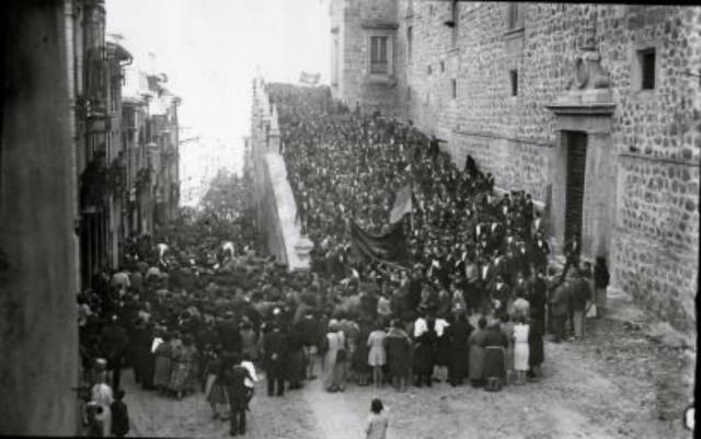 Proclamación de la II República en Toledo, el 14 de abril de 1931. Fotografía de Pedro Román Martínez (c) Fondo Rodríguez. Archivo Histórico Provincial. JCCM. Signatura PA-CAJA5SOBRE22-40