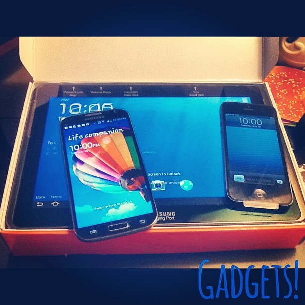 New #gadgets at the Reed Casa! #iphone5 #upgrade for me and the #galaxys4 + #galaxytab2 cause we're #spoiled! #upgrade #att #techfamily #yeayuh #teamiphone!!