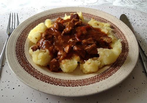 Paprika-Schweinegulasch mit Kartoffelklößen / Bell pepper pork goulash with potato dumplings