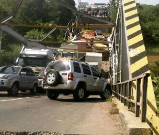 Se desplomó el puente de Boca de Uchire en la Carretera Nacional Troncal 9