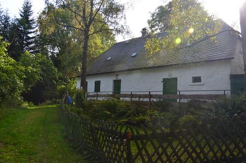 Am Wald steht ein vergessenes Haus