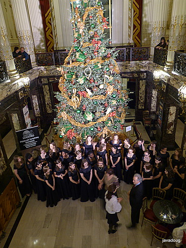 Christmas Tree at Heinz Hall with choir and Maestro Honeck