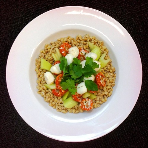 Celery week recipe n.1: barley, celery, sun dried tomatoes, mozzarella, parsley. #salad #desklunch #desk #salads #saladjam #saladlunch #saladpride #veggie #vegetarian #vegetarianshare #cheese #lunch #noworries #nutritionist #nutrition #health #healthy #he