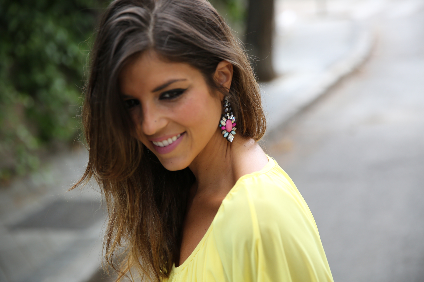 trendy_taste-look-outfit-street_style-ootd-blogger-blog-fashion_spain-moda_españa-yellow_dress-vestido_amarillo-boda-wedding-evento-clutch_pedreria-mas34-sandalias_azules-blue_sandals-3