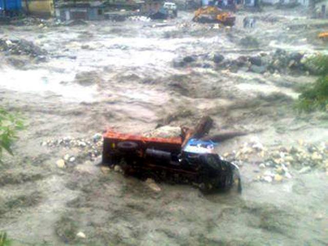 उत्तरकाशी में आई बाढ़ से गाड़ियां भी बह गई हैं