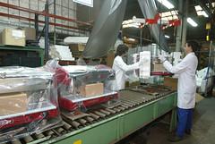 Embalaje de las máquinas de café al final de la cadena de producción. / Embalatge de les màquines de cafè al final de la cadena de producció./