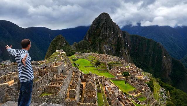Con los brazos abiertos en libertad frente a Machupicchu en Perú