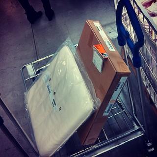 会員登録したのIKEAでリベンジ。輸送用の袋なんて買わずにこのまま持ち帰り! 総重量7kgくらい(;´Д`)