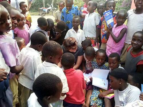 Afrikanische Kinder beim Vorlesen