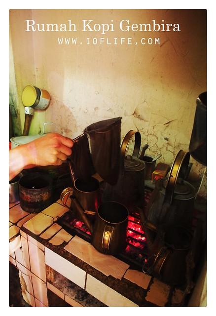 Menyaring kopi rumah kopi gembira