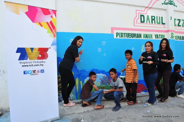 Aktiviti mengecat merupakan salah satu aktiviti yang dilakukan bagi membaik pulih asrama anak-anak yatim Darul 'Izzah