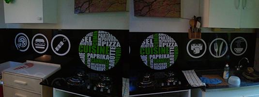 Création et pose de stickers personnalisés pour la décoration d'une crédence de cuisine.
