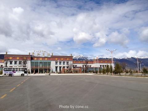 机场后面是雪山