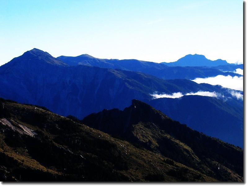 向陽(左)與鷹子嘴山(中)