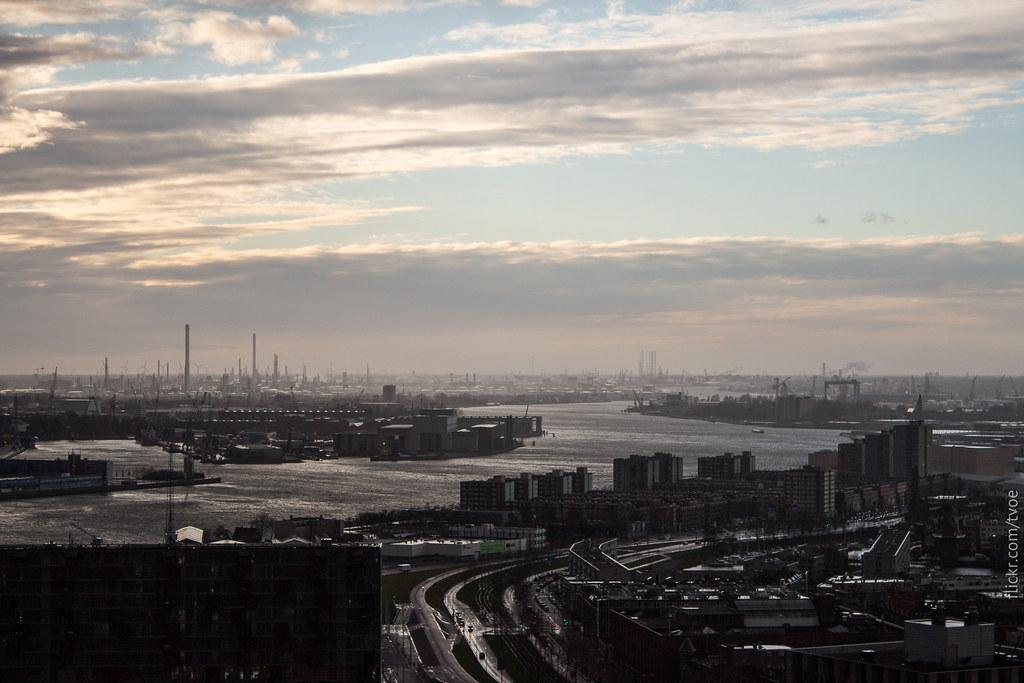 Вид на порт Роттердама с Евромачты