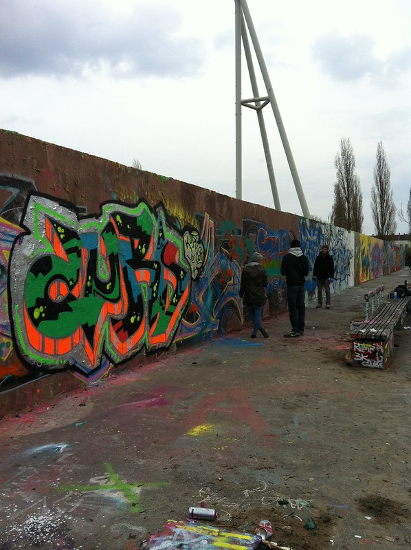 Mauerpark Berlin_graffit artists painting at the wall