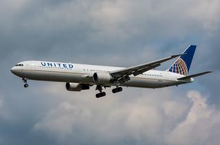 United Airlines Boeing 767-400 N67062