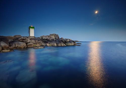 ocean moon seascape lune landscape nikon ngc sigma bretagne reflet ronan 1020mm phare moonscape bzh thebluehour d90 trévignon heurebleue