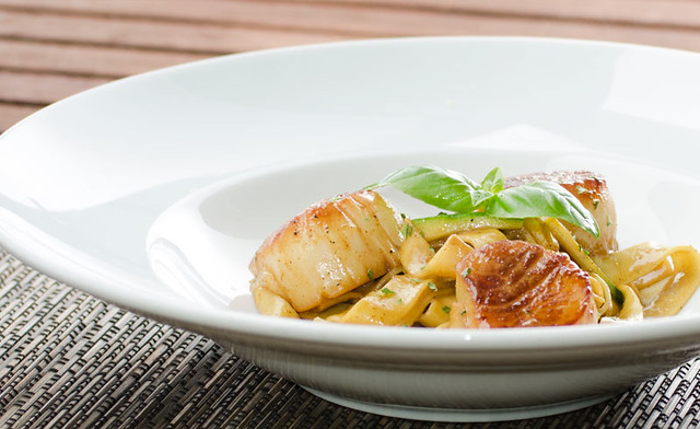 scallops with curry sauce and tagliatelle