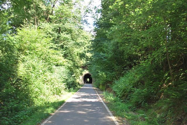 Wie es sich für eine Bahntrasse gehört gibt es auch Tunnel. Das ist einer von zweien. Leider ist der andere jedoch gesperrt.