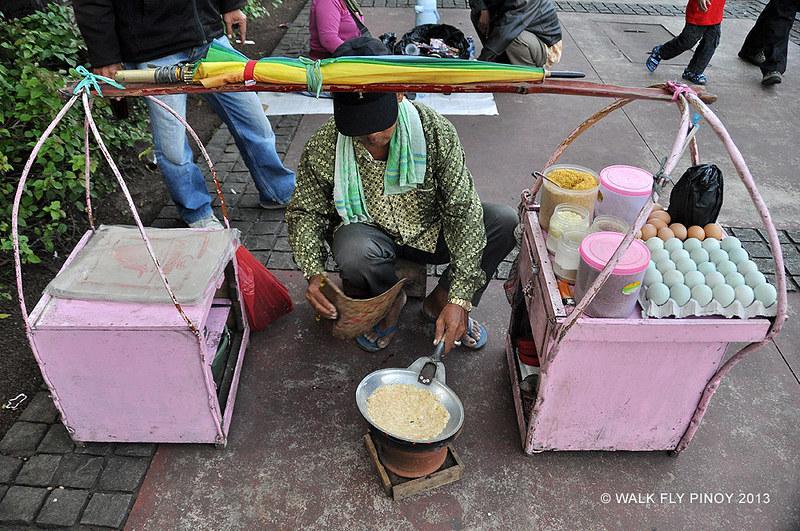 Kerak Telor vendor, a Jakarta mainstay