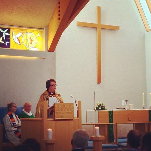 @biskupislands prédikar. Að baki henni sitja sr. Friðrik og @kristinthorunn