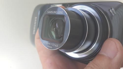 เลนส์ซูมของ Samsung Galaxy S4 Zoom หมุนตรงแหวนที่ฐานเลนส์เพื่อปรับระยะซูม