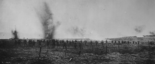 Canadian soldiers advancing through German wire entanglements, Vimy Ridge, France, April 1917 / Des soldats canadiens progressent dans le réseau de barbelés allemands sur la crête de Vimy (France) en avril 1917