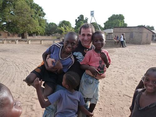Con los niños en un poblado de Gambia
