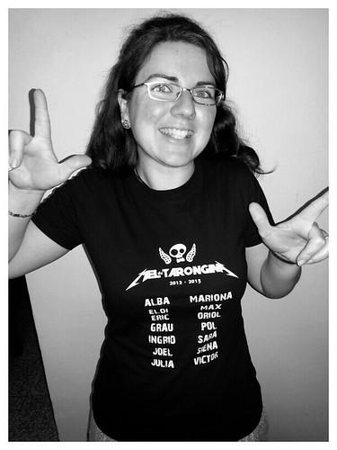 Lorena con una camiseta regalo de los padres de su cole