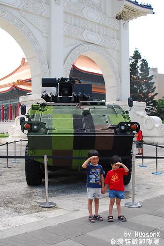 兩兄弟和雲豹裝甲車