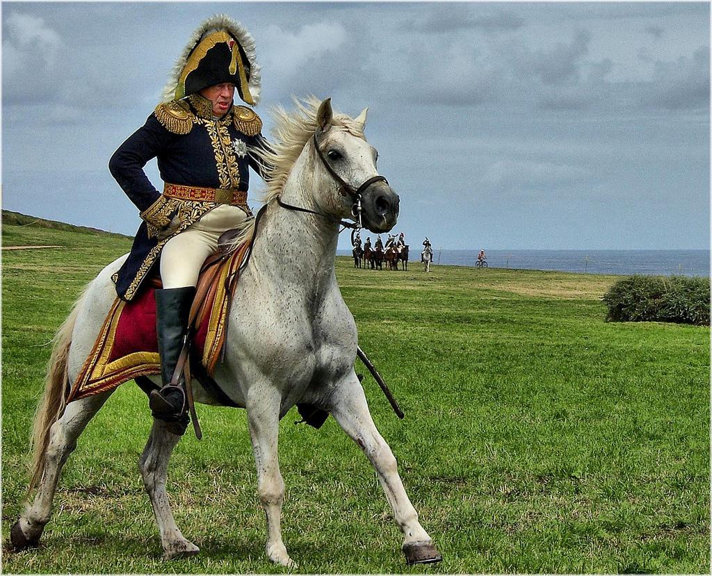 Oficial francés a caballo, del ejército de Napoleón. Autor, Jose Luis Cernadas