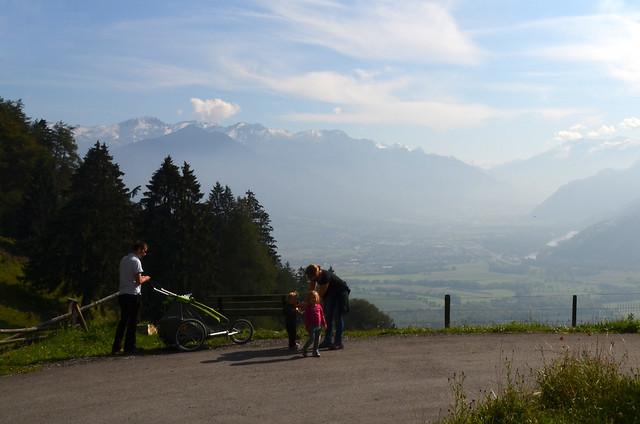 Familia suiza paseando camino de casa de Heidi