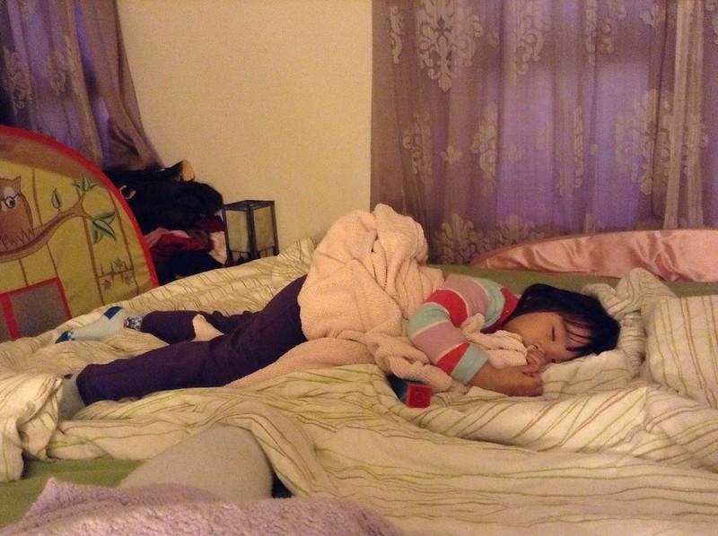 女兒陪我睡午覺