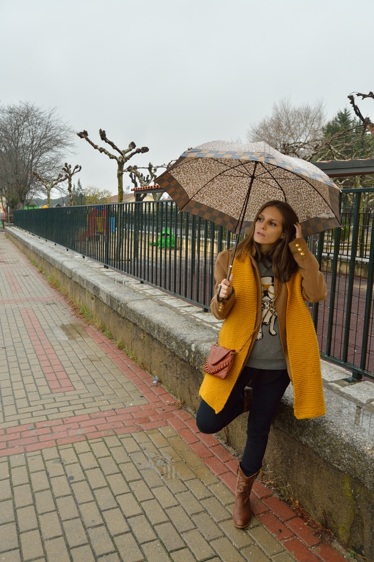 lara-vazquez-madlula-blog-mustard-scarf-umbrella-winter-brown-boots-