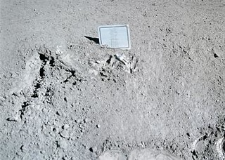 月球上的小塑像